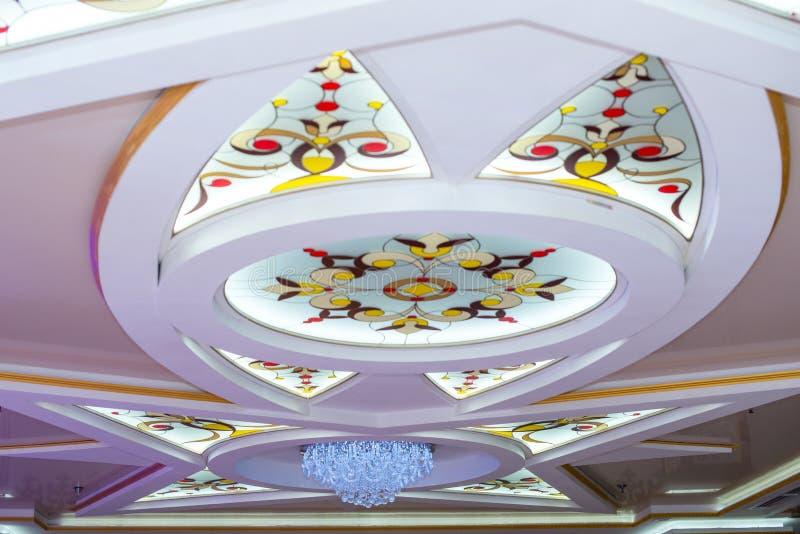Teto com janelas e candelabro de vidro colorido foto de stock