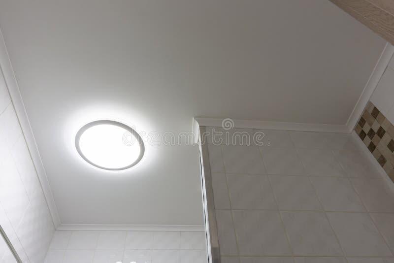 Teto com a lâmpada no banheiro imagem de stock