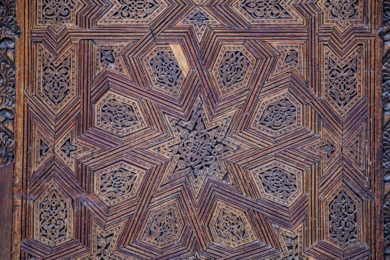 Teto com teste padrão de madeira cinzelado em Madrasa Bou Inania arborizado fotos de stock royalty free
