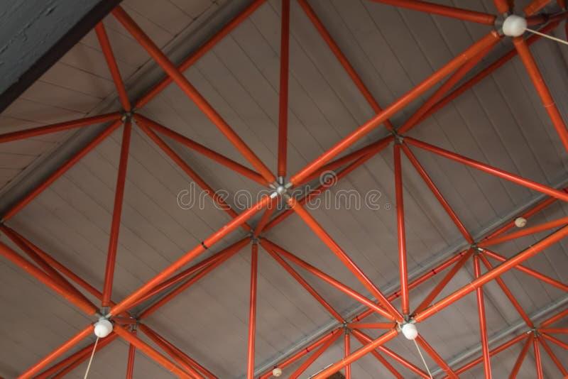 Teto da fábrica feito das tubulações vermelhas fotografia de stock royalty free