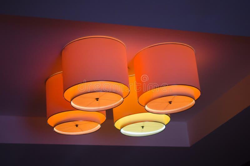 Teto da sala de visitas iluminado com luz de tira conduzida imagem de stock