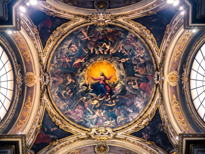 Teto de uma capela da catedral pintada com a imagem do Virg imagens de stock