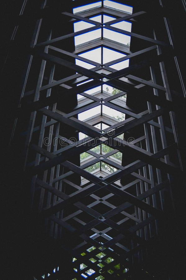 Teto de vidro da capela de Thorncrown nas madeiras imagens de stock royalty free