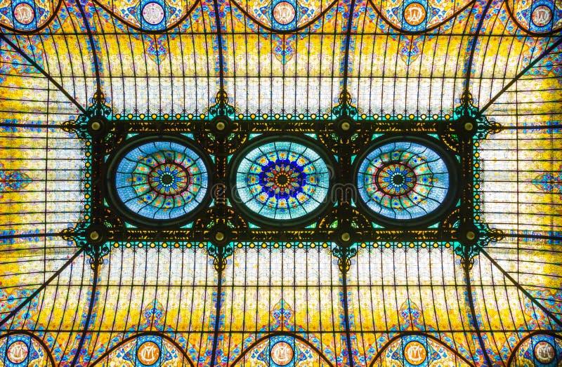 Teto de vitral colorido no estilo floral do art nouveau fotografia de stock