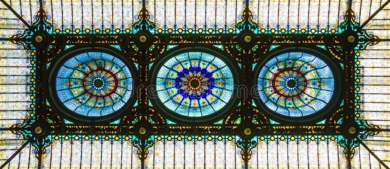 Teto de vitral no estilo floral do art nouveau fotos de stock