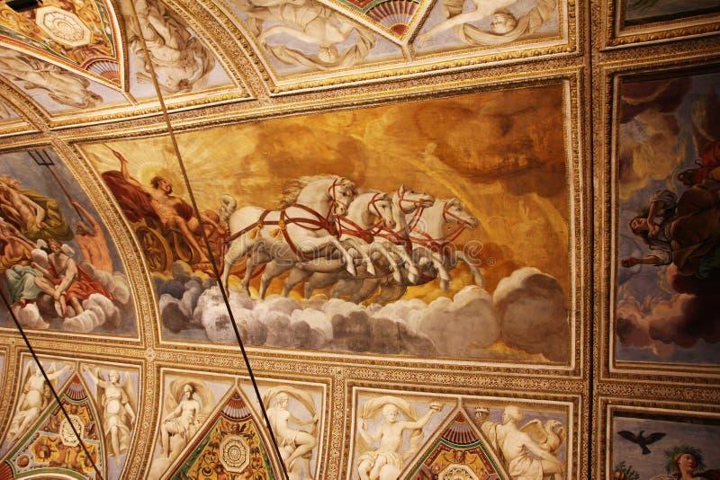 Teto decorado com fresco de um carro com os cavalos no museu Palazzo Te em Mantova, Itália imagem de stock