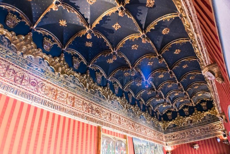 Teto decorado na sala do castelo fotografia de stock royalty free