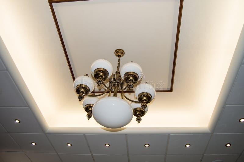 Teto do design de interiores com dispositivos elétricos de luz conduzidos do ponto e a lâmpada retro de bronze do estilo do vinta imagem de stock royalty free