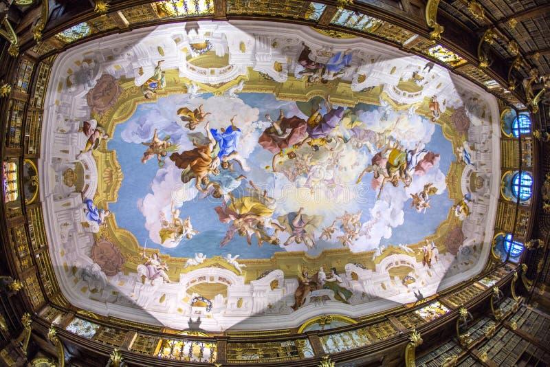 Teto do interior luxuoso da biblioteca na abadia de Melk fotos de stock royalty free