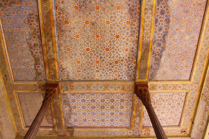 Teto e colunas do palácio de Chehel Sotoun, Isfahan, Irã imagens de stock royalty free