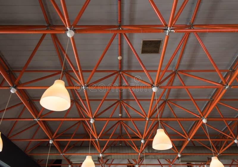 Teto industrial com vigas e as lâmpadas vermelhas fotos de stock