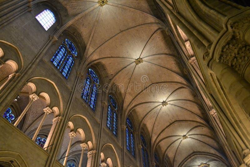 Teto interno do Notre Dame de Paris e janelas mozaic azuis bonitas foto de stock