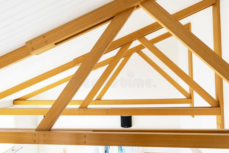 Teto moderno dos logs da madeira e dispositivos bondes claros encaixados nos painéis da madeira de carvalho Construção de Hall Ce imagens de stock royalty free