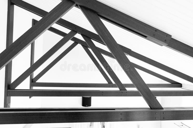 Teto moderno dos logs da madeira e dispositivos bondes claros encaixados nos painéis da madeira de carvalho Construção de Hall Ce foto de stock