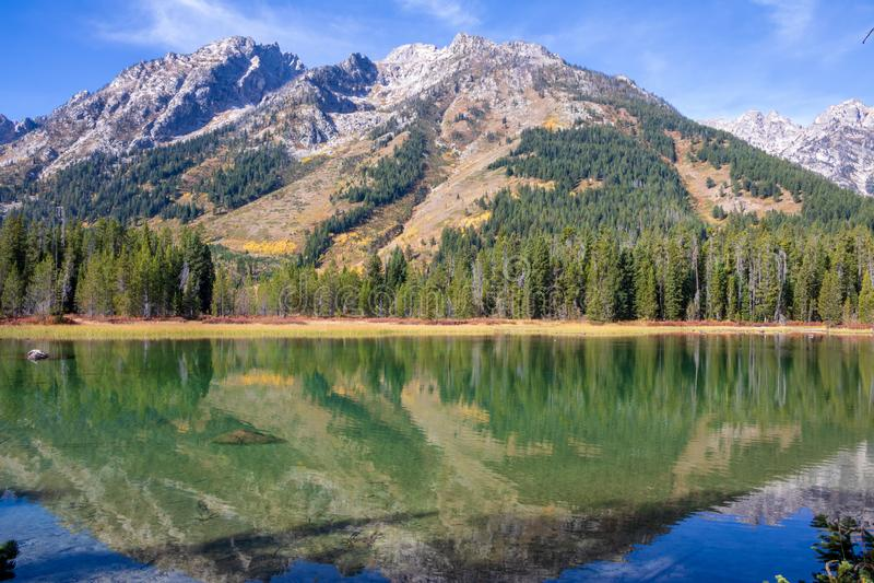 Tetons在String湖反射了在一晴朗的秋天天 免版税库存图片