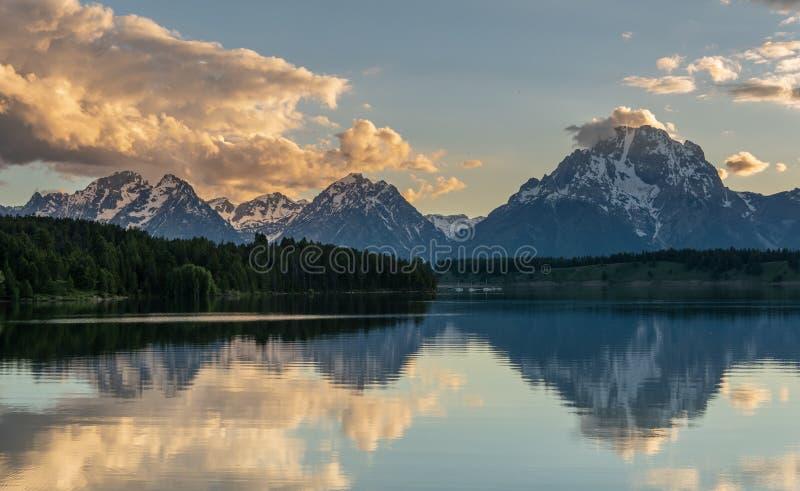Tetons reflete em Jackson Lake foto de stock