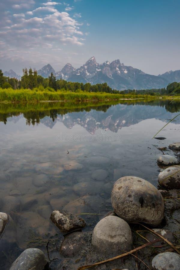 Tetons reflete no rio Snake imagem de stock