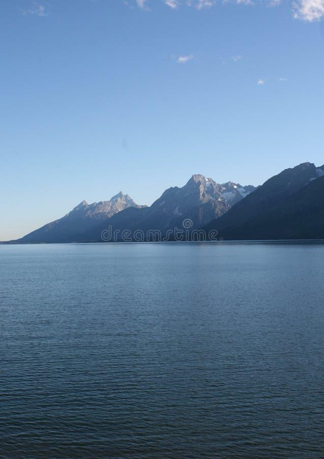 Tetons sopra il lago fotografia stock
