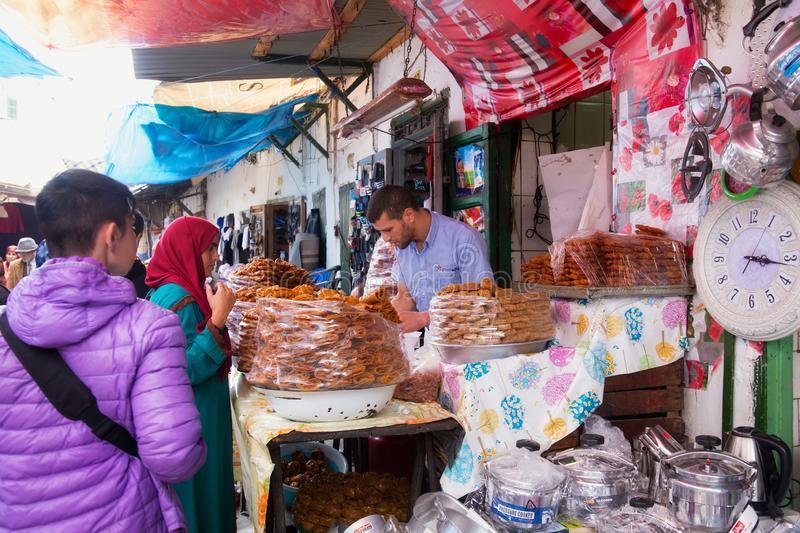TETOUAN, ΜΑΡΌΚΟ - 24 ΜΑΐΟΥ 2017: Πώληση γλυκών στην παλαιά αγορά τροφίμων στο ιστορικό τμήμα του Tetouan στοκ φωτογραφία με δικαίωμα ελεύθερης χρήσης