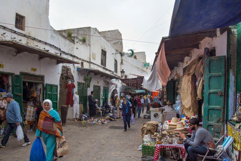 TETOUAN, MARROCOS - 24 DE MAIO DE 2017: Locais no antigo mercado de pulgas de Tetouan Medina, no quarto imagens de stock royalty free