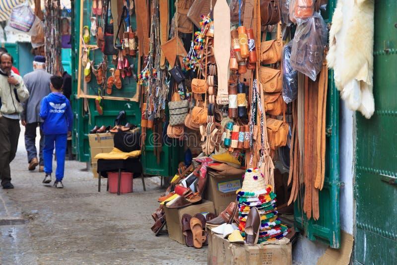 TETOUAN, MARROCOS - 24 DE MAIO DE 2017: Venda de artigos de couro no mercado antigo de uma parte histórica de Tetouan fotografia de stock