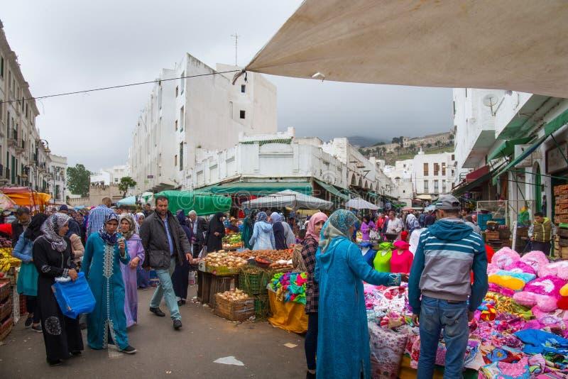 TETOUAN, MARROCOS - 23 DE MAIO DE 2017: Vista do antigo mercado de pulgas em Tetouan Medina fotografia de stock