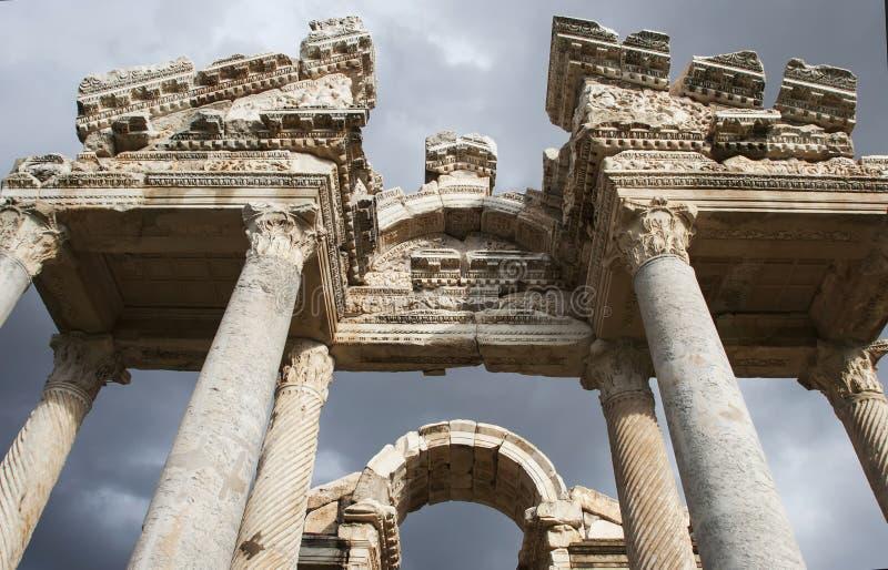 Tetrapylon in einer Frühlingswiese, Ruinen von Aphrodisias, die Türkei stockfotografie