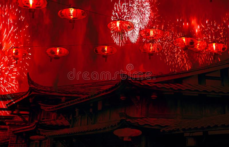 Tetti cinesi di celebrazione cinese del nuovo anno con le lanterne nel cielo e nei fuochi d'artificio con il fondo stupefacente d fotografia stock libera da diritti