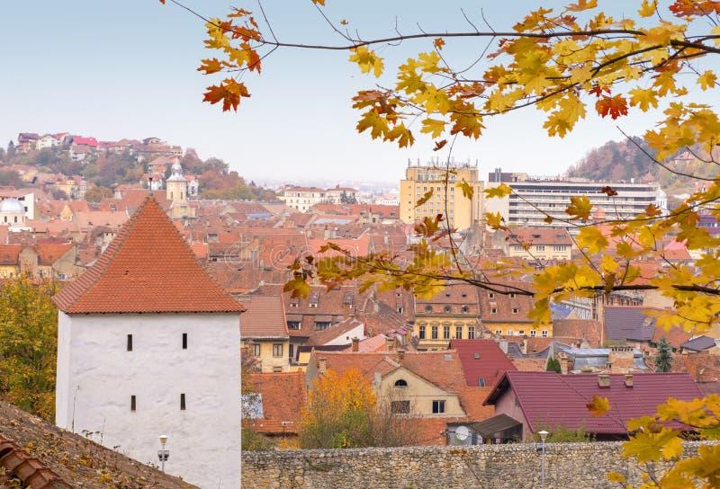 Tetti del mattone della città di Brasov, veduti da un più alto punto fotografie stock