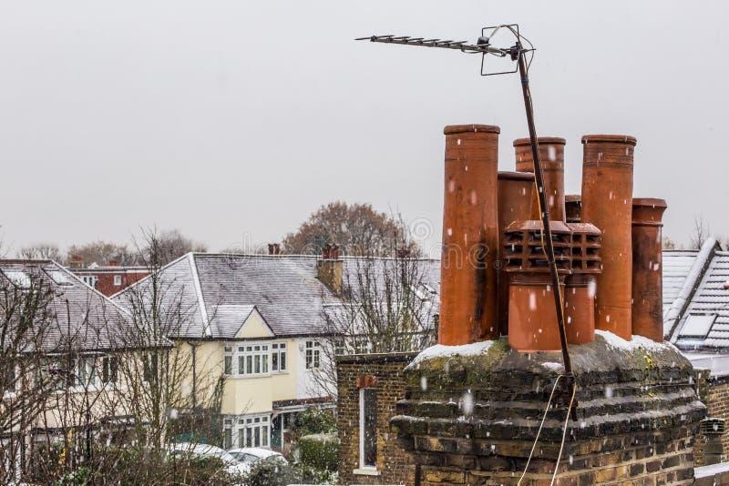 Tetti del sobborgo di Londra nel giorno di inverno nevoso immagine stock