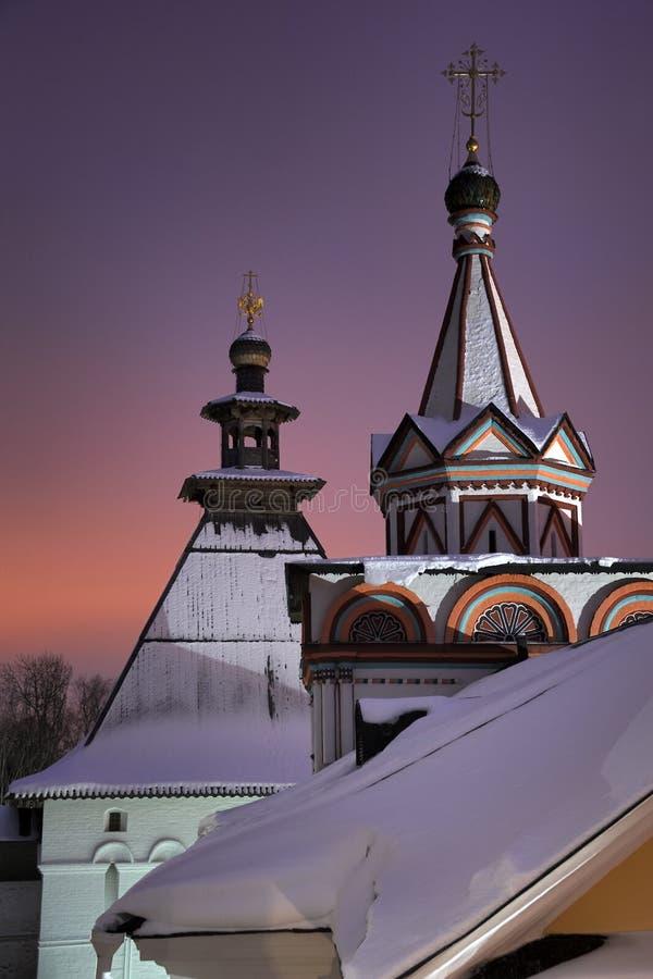 Tetti della tenda del monastero di Savvino-Storozhevsky a penombra di inverno fotografie stock