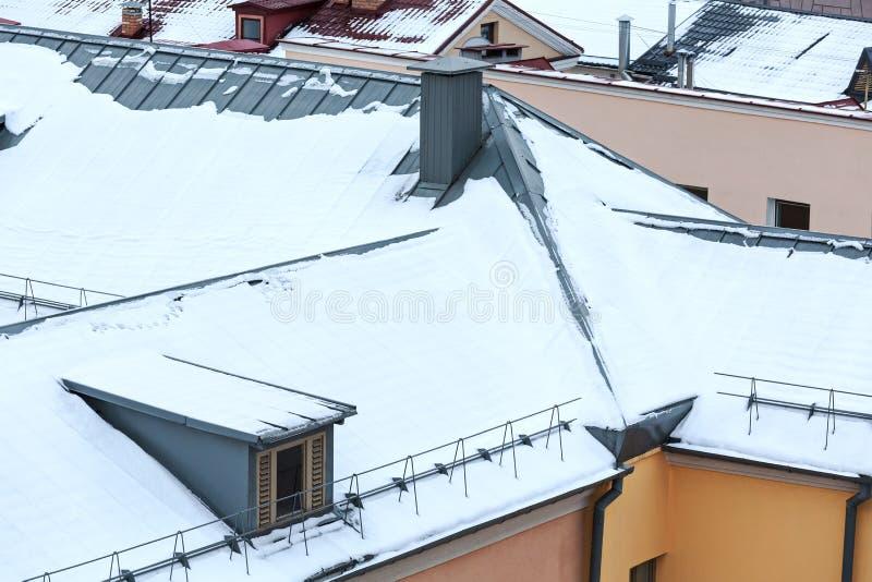 Tetti delle case residenziali nell'orario invernale fotografia stock libera da diritti