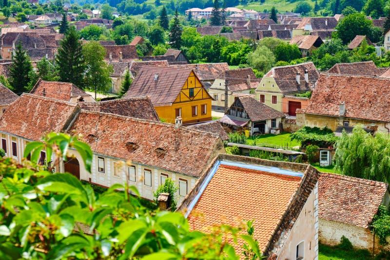 Tetti delle case tradizionali in Biertan, la Transilvania, Romania, come visto da sopra Turismo di estate nella campagna scenica  fotografia stock