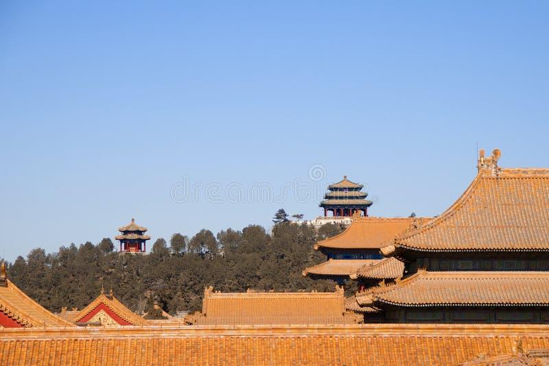 Tetti delle costruzioni all'interno della Città proibita con le pagode cinesi nei precedenti fotografia stock libera da diritti
