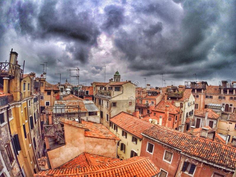 Tetti delle costruzioni a Venezia immagine stock