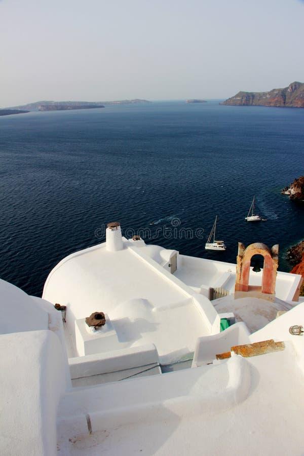 Tetto bianco, terrece sulle costruzioni a OIA, Santorini, Grecia fotografia stock