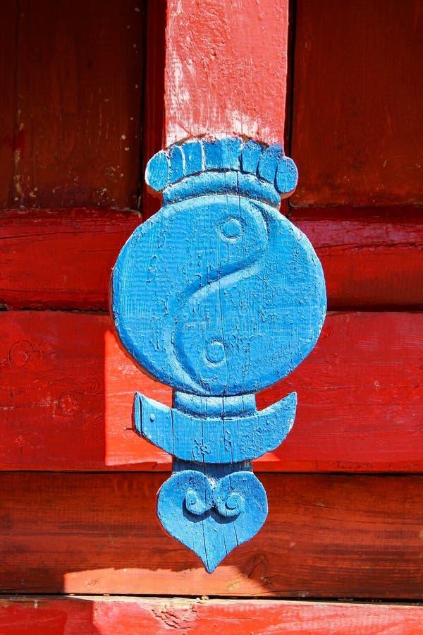 Tetto chiuso con yin blu e yang e mezzaluna di luna nel monastero Erdene Zuu Khiid, nella valle Orkhon Karakorum, Mongolia immagine stock