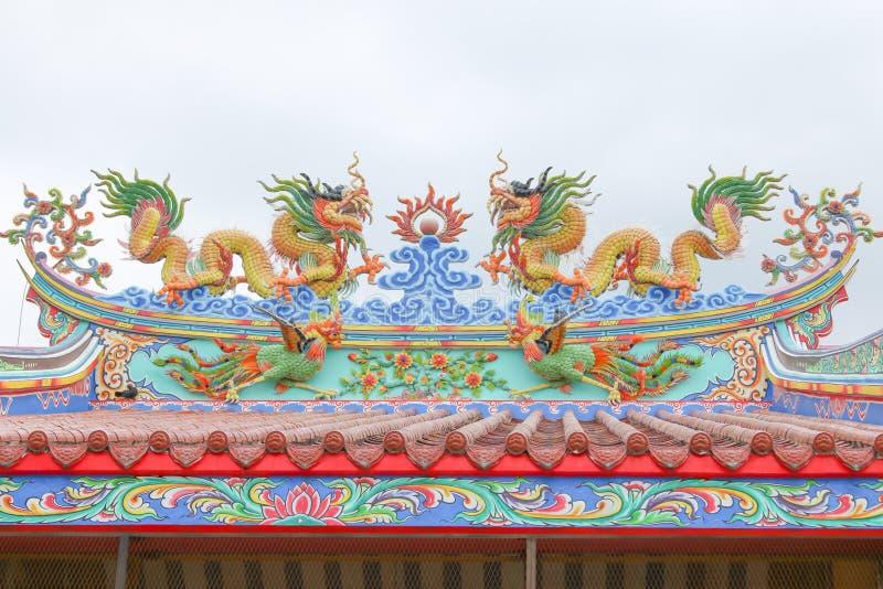 Tetto cinese del padiglione con il drago fotografia stock