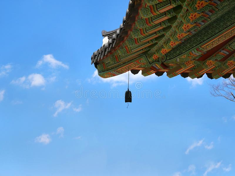 Tetto coreano del tempio con la campana immagine stock
