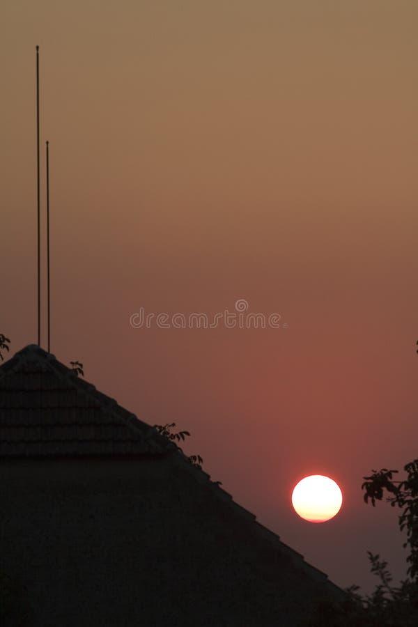 Tetto davanti al grande tramonto fotografia stock libera da diritti
