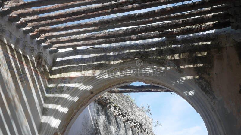Tetto del palo della vecchia hacienda rotta del Messico e cielo blu di legno originali Yucatan fotografia stock libera da diritti