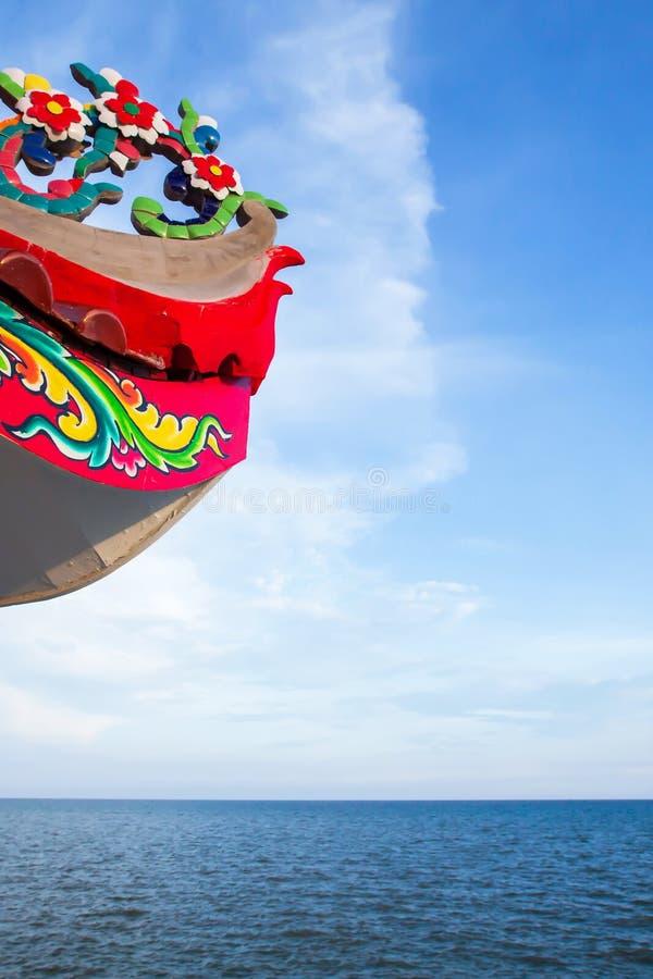 Tetto del tempio del cinese tradizionale con le onde di oceano che dipingono alla spiaggia fotografia stock