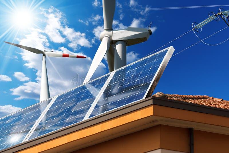 Tetto della Camera con i pannelli solari ed i generatori eolici immagini stock libere da diritti