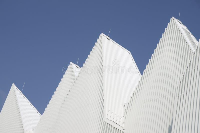 Tetto di alluminio a forma di triangolare bianco unico del metallo progettato immagini stock