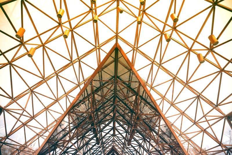 Tetto di progettazione moderna del dettaglio di architettura della struttura d'acciaio del metallo fotografia stock