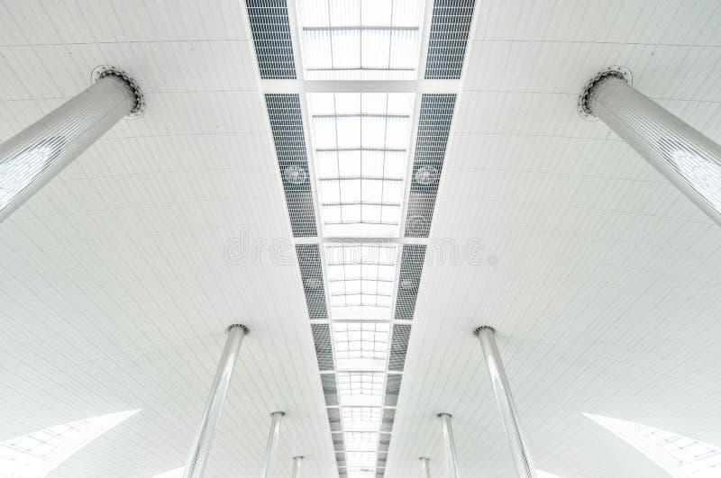 Metal le colonne ed il soffitto di vetro moderno all'aeroporto. fotografia stock libera da diritti