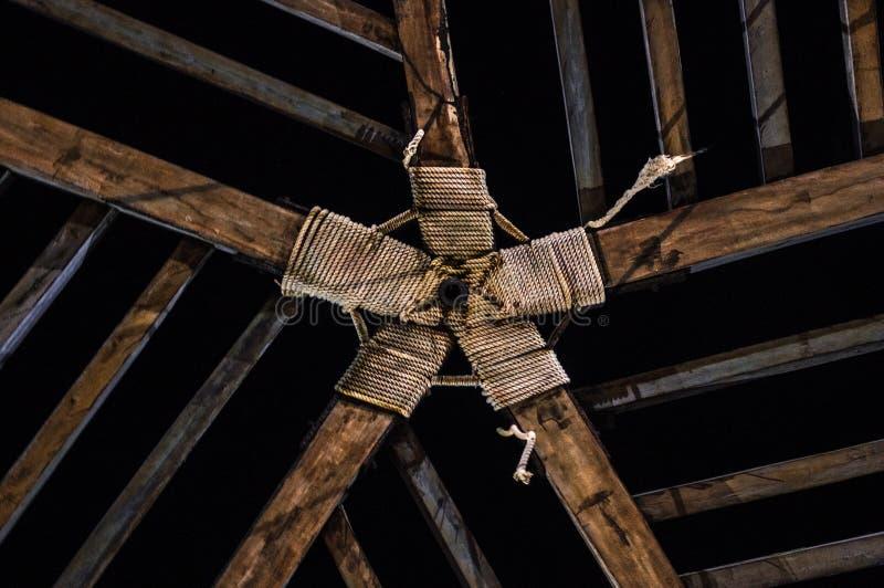 Tetto di una cabina con progettazione di legno simmetrica fotografia stock libera da diritti