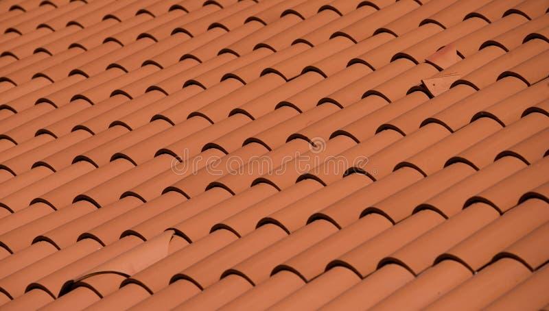 Tetto di una casa in mattonelle rosse fotografia stock