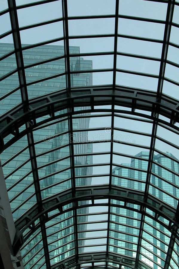 Tetto di vetro con Skyscrapes fotografia stock