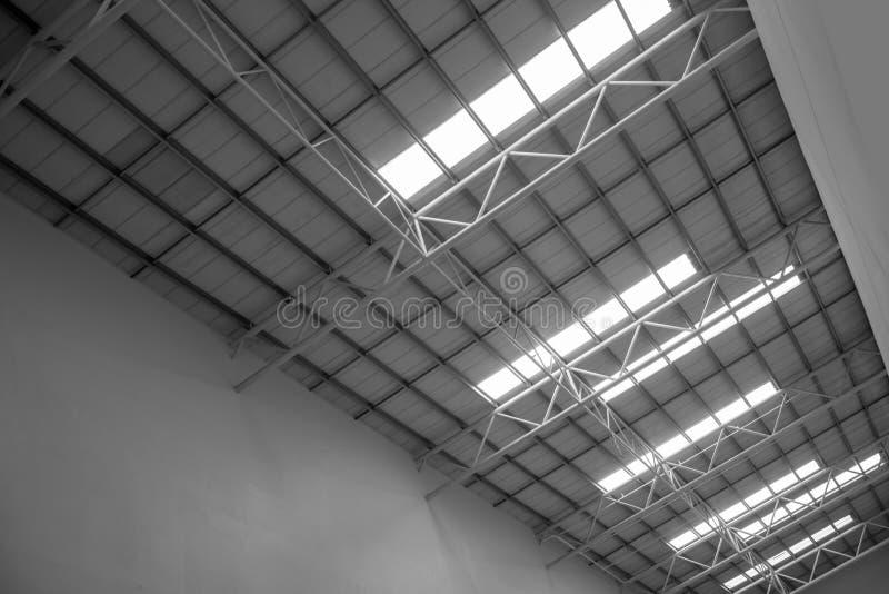 Tetto di vetro moderno dentro il centro o il centro commerciale dell'ufficio fotografia stock libera da diritti